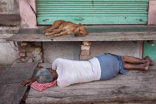 Slapende indiase man en hond tijdens siesta in Varanasi India. Wout Kok One2expose van