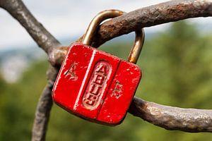 Close-up van een rode Abus liefdeshangslotje