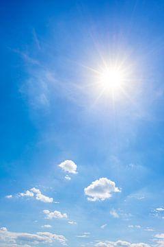 Blauer Himmel mit Sonne und Wolken von Günter Albers