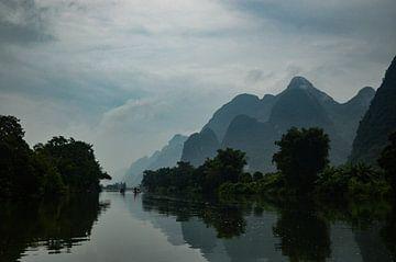 Door de wateren van de Yu Long rivier van Zoe Vondenhoff
