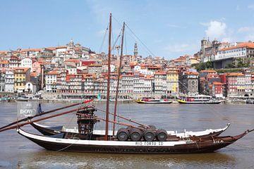 Altstadtviertel Ribeira mit ehemaligen Lieferboot der Portweinkellereien am Fluss Douro, Porto, Dist