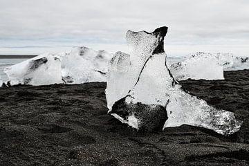 Eisblock am Strand von Robert Styppa