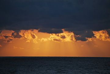 Donkere lucht bij zonsondergang van Leendert Moerland