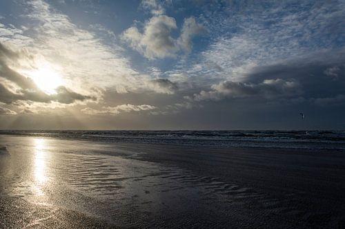 Verlaten strand in het gouden uur