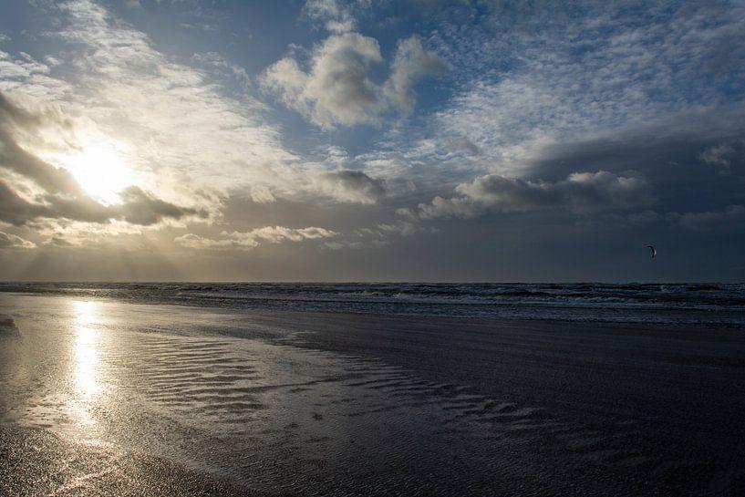 Verlaten strand in het gouden uur van Ton de Koning