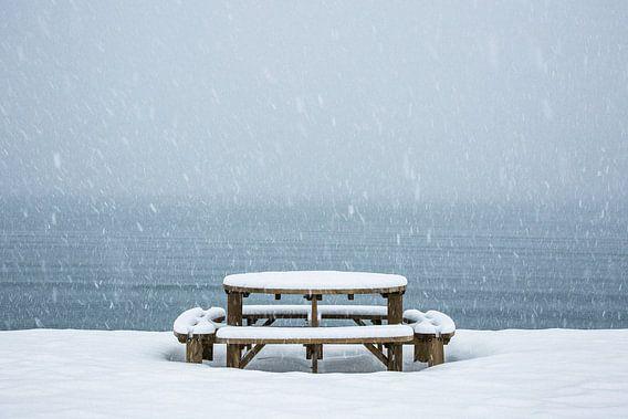 Picnic tafel in een sneeuwbui - Vesteralen, Noorwegen van Martijn Smeets
