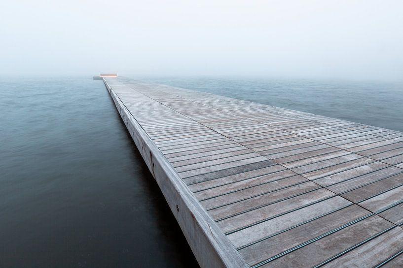 Pier in de mist, Houthavens, Amsterdam van Lizzy Komen