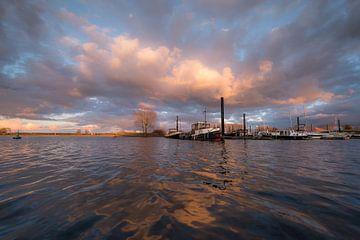 Prachtige wolkenlucht boven haven van