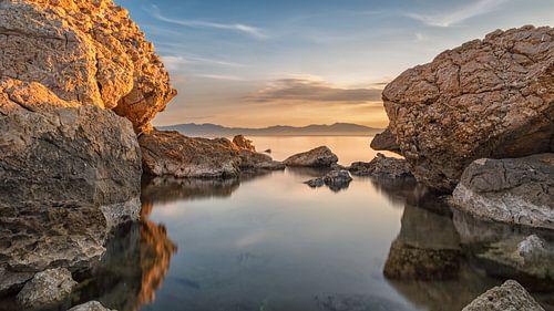 Zonsopgang tussen de rotsen van