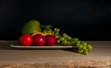 stilleven met mango pruimen en druiven