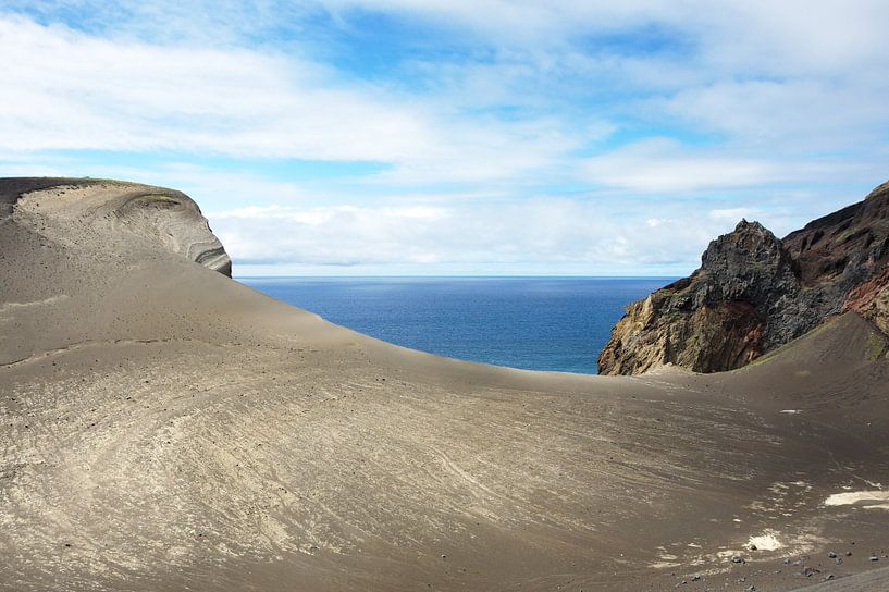 Lava Landschaft Blick auf das Meer sur Jan Brons