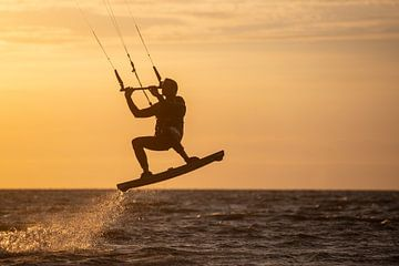 Kitesurfen - Spielen auf den Wellen von Ton Tolboom