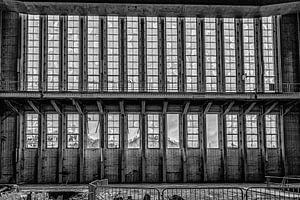 Landschaft durch die Fenster eines stillgelegten Kraftwerks