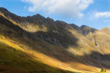 Bergen langs Loch Achtriochtan van Johan Zwarthoed