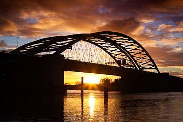 Zonsopkomst bij de Van Brienenoordbrug te Rotterdam van Anton de Zeeuw