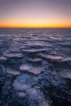 Prachige structuren in het ijs aan de Afsluitdijk aan het Ijsselmeer. van Jos Pannekoek