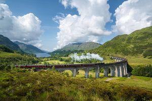 Jacobite Dampfzug passiert Glenfinnan Viadukt