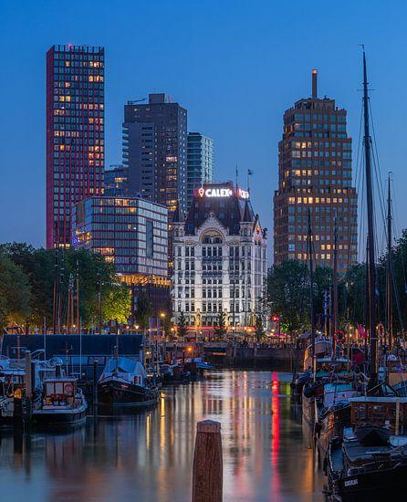 Het Haringvliet en Witte Huis in Rotterdam tijdens het blauwe uurtje