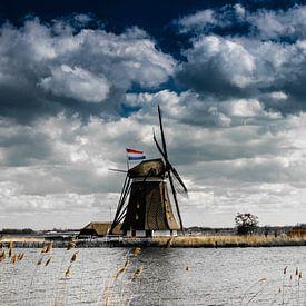 Eendrachtsmolen langs de Rotte met de Nederlandse vlag van Ricardo Bouman   Fotografie