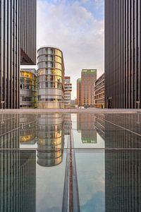 Spiegelung im Medienhafen Düsseldorf von Michael Valjak