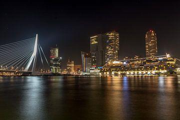 Skyline Rotterdam by night met uitzicht op Erasmusbrug, de Rotterdam en de AIDA van Eddie Visser
