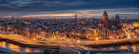 Amsterdam: Panoramablick über das Stadtzentrum von Amsterdam bei Nacht mit Kanalhäusern und stimmung