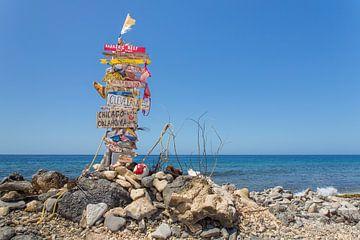Landschaftsverkehrszeichen mit Ortsnamen an der Küste von Bonaire von Ben Schonewille