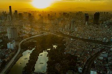De skyline van Hanoi bij zonsondergang van Roland Brack