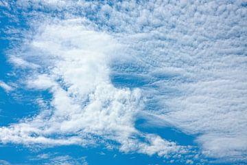 Altocumulus wolken van Jan Brons