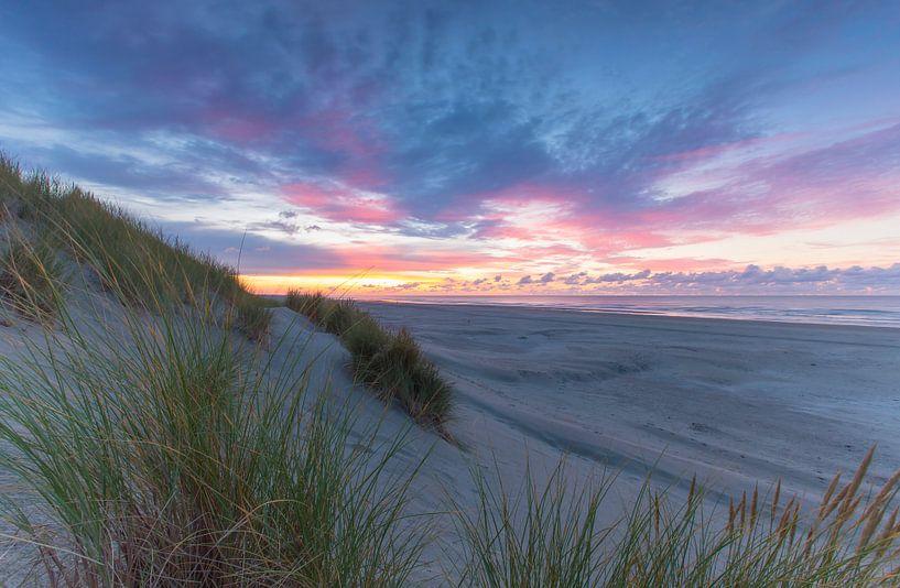 Landschap, zonsondergang op het strand met duinen van Marcel Kerdijk