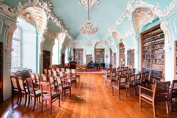 Verlassene Bibliothek mit Klavier. von Roman Robroek