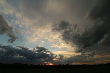 Donkere wolken. van Jayne Wilby