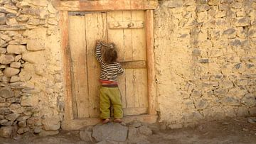 'Jongetje opent deurtje', Kagbeni- Nepal van Martine Joanne