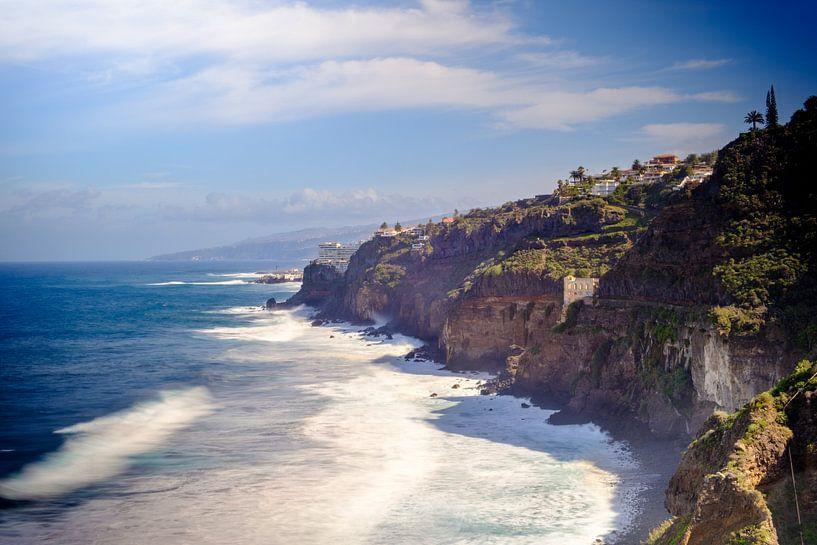 Dromerig landschap van kliffen bij de zee met een mooie zon. van Lidewij Olive