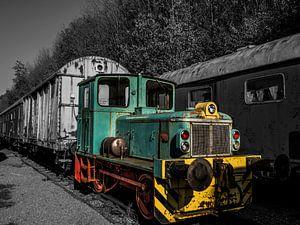 Abgelaufene Zuglokomotive in Farbe und Schwarzweiß