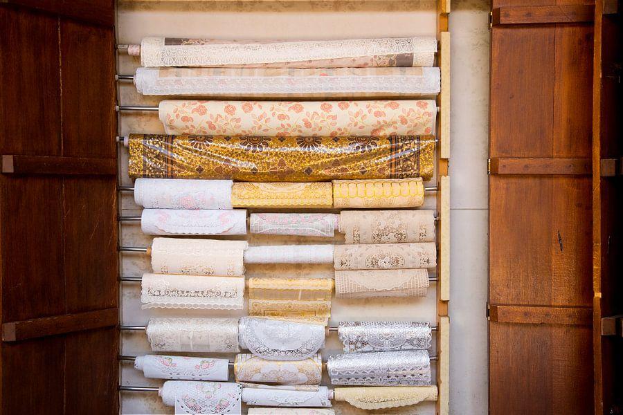 arabische stoffen en kleuren op de markt van dubai