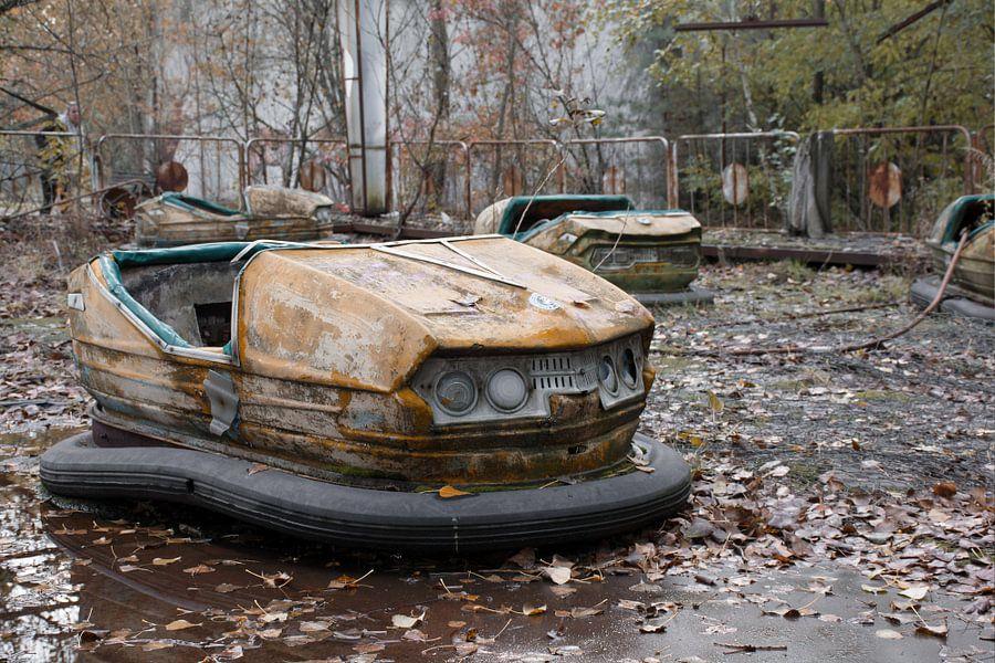 Botsauto op de kermis van Pripyat van Tim Vlielander