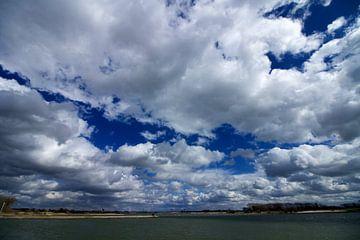 Wolkendek boven de Waal bij Tiel van Wijco van Zoelen