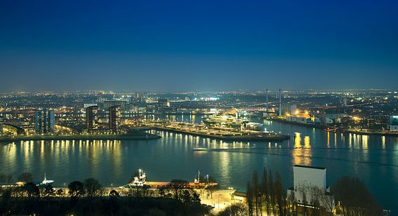 Panorama  Rotterdam bij Nacht van Anouschka Hendriks