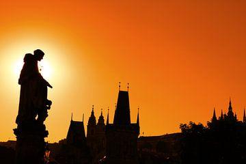 Sunset silhouettes of Charles Bridge in Prague van Anton Eine