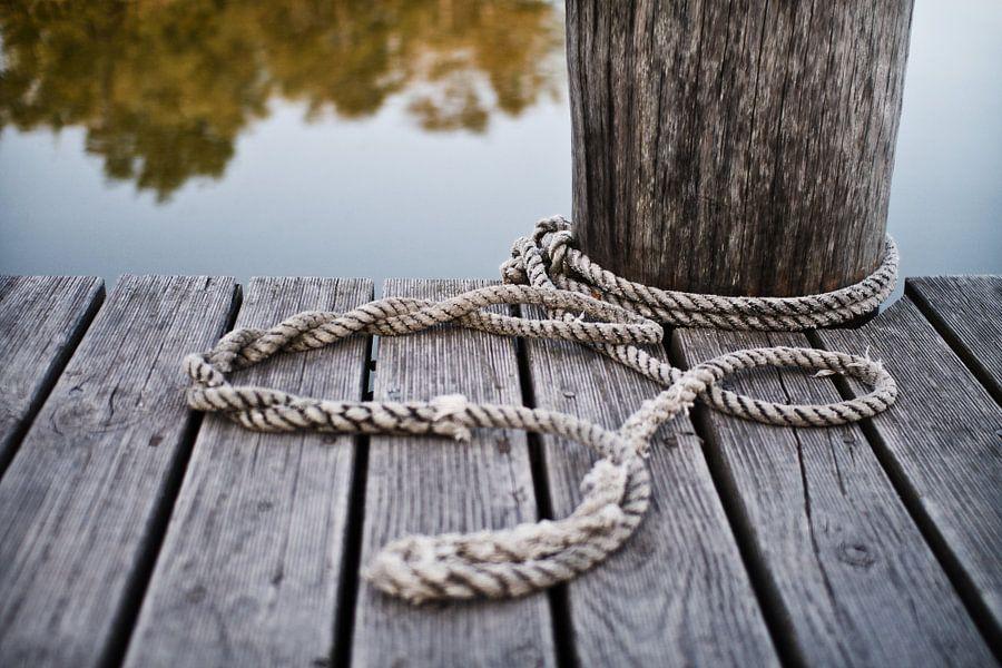 Rope on a pier van Rico Ködder