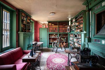 Verlassene Bibliothek in Verfall. von Roman Robroek