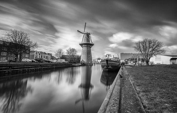 Nolet molen Schiedam in zwartwit van Ilya Korzelius