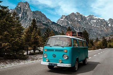 Abenteuerlicher VW-Bulli in Berglandschaft | Print on demand Vanlife Hippie von Milene van Arendonk