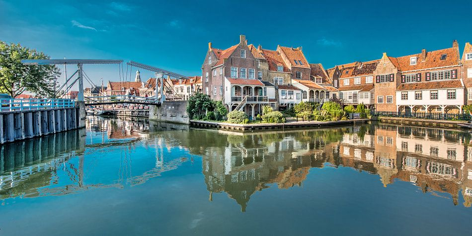 Ophaalbrug en historische huizen in Enkhuizen in Noord Holland.