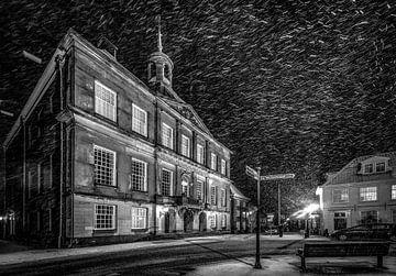 Stadhuis Weesp in de sneeuw - avondfoto van Joris van Kesteren