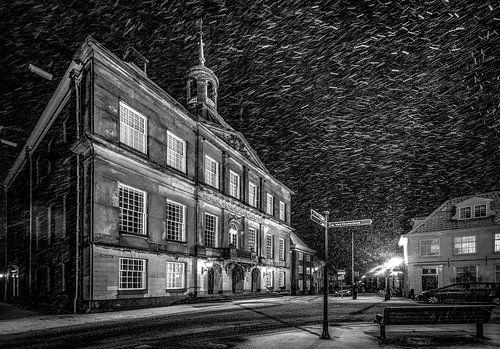 Stadhuis Weesp in de sneeuw - avondfoto van