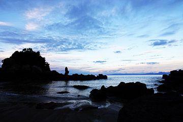 Zonsondergang bij de rotsen van Kaiteriteri in Nieuw Zeeland
