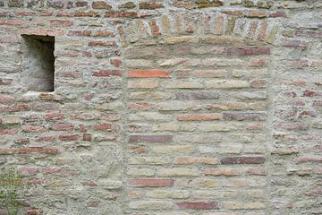 Opgetrokken historische muur met schietgaten van Ulrike Leone