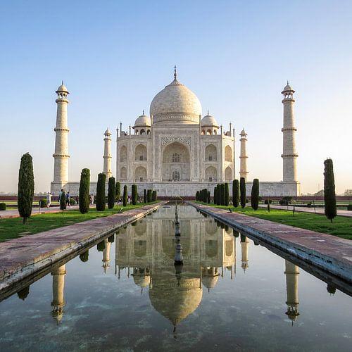Taj Mahal in India weerspiegeld in het water
